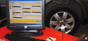 Dator vid bil för fordonsdiagnostik